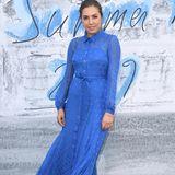 Absolut im Trend ist Amber Le Bon in ihrem blauen Blusenkleid mit Punkten.