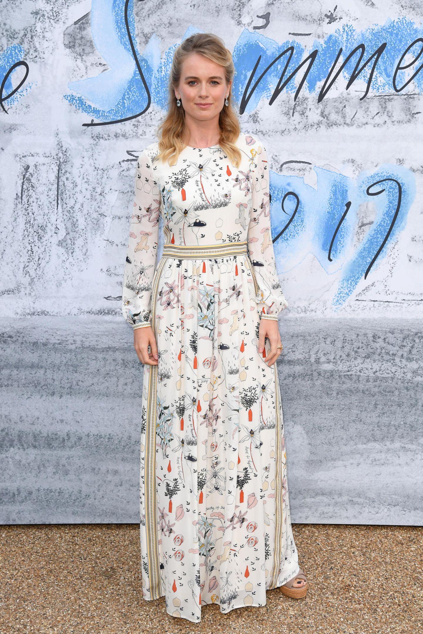 Harry-Ex Cressida Bonas mag es relativ schlicht. Sie schlüpft einfach in ein Kleid, das einen dezenten Print hat und schlicht geschnitten ist.