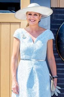"""Bei der Eröffnung der Reitschule """"No Limits"""" in Noordwijk bezaubert Königin Máxima in einem sommerlichen Outfit in hellblau."""