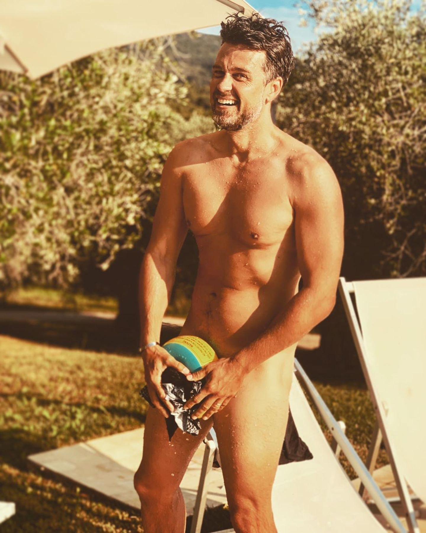 """25. Juni 2019  """"Was 'ne Hitze! Schwimmflügel retten Leben"""", scherzt Wayne Carpendale über sein Nacktfoto, auf dem die pikanteste Stelle zum Leidwesen so manches Fans mit besagten Schwimmflügeln bedeckt ist."""
