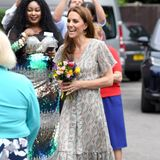 Das luftige Dress stammt vom Londoner Label Ridley und kostet rund 500 Euro. Das schienbeinlange Kleid ist die perfekte Wahl für den Termin an diesem heißen Juni-Tag. Auch ihre Accessoires passen perfekt...
