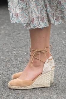 Ihre hellbraunen Espadrille-Wedges trug Catherine schon oft. Das schlichte Modell aus Canvas und Jute streckt ihre Beine optisch und rundet den sommerlichen Look perfekt ab. An diesem Tag verzichtet die Herzogin sogar auf eine Strumpfhose!