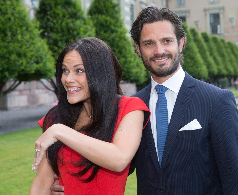 27. Juni 2014: Sofia Hellqvist und Prinz Carl Philip  Strahlend zeigt Prinzessin Sofia bei der Verkündung der Verlobung mitPrinz Carl Philipihren Ring.