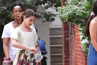24. Juni 2019  In New York wird Katie Holmes' und Tom Cruises Tochter beim Spazieren mit ihrem Hund gesichtet. Dabei fällt auf, dass Suri Cruise gerne als Vorbild vorangeht ...