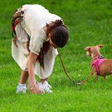 24. Juni 2019   Wie vorbildlich: Suri Cruise geht mit ihrem Hund spazieren und hebt die unappetitlichen Überreste auf.