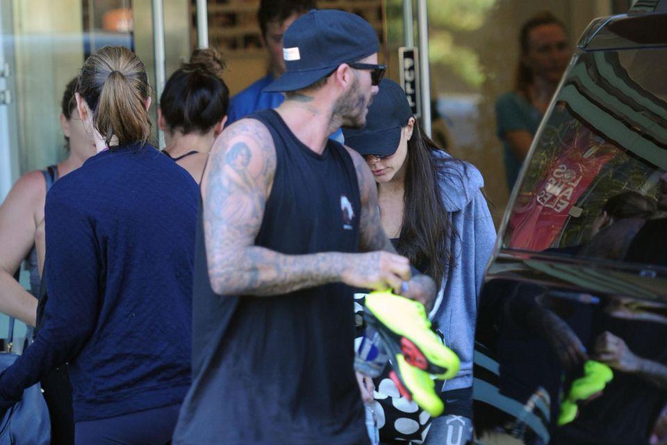 """David und Victoria Beckham verlassen gemeinsam das """"SoulCycle"""" in Los Angeles. Schnellstmöglich wollen sie in ihr Auto zurück und sich von der harten Cycling-Session erholen."""