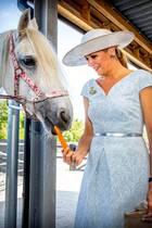 """25. Juni 2019  Bei der Eröffnung der Reitschule""""No Limits"""" in Noordwijk füttert Königin Máxima ein Pferd mit einer Karotte."""