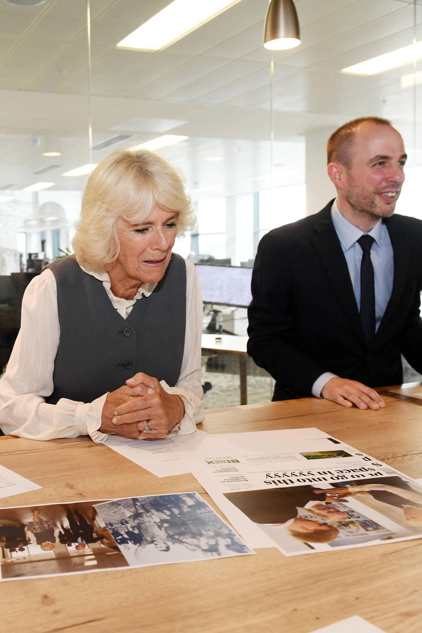 """25. Juni 2019  Herzogin Camilla schaut sich interessiert die Arbeit in der Redaktion des schottischen """"Aberdeen Journal"""" an."""