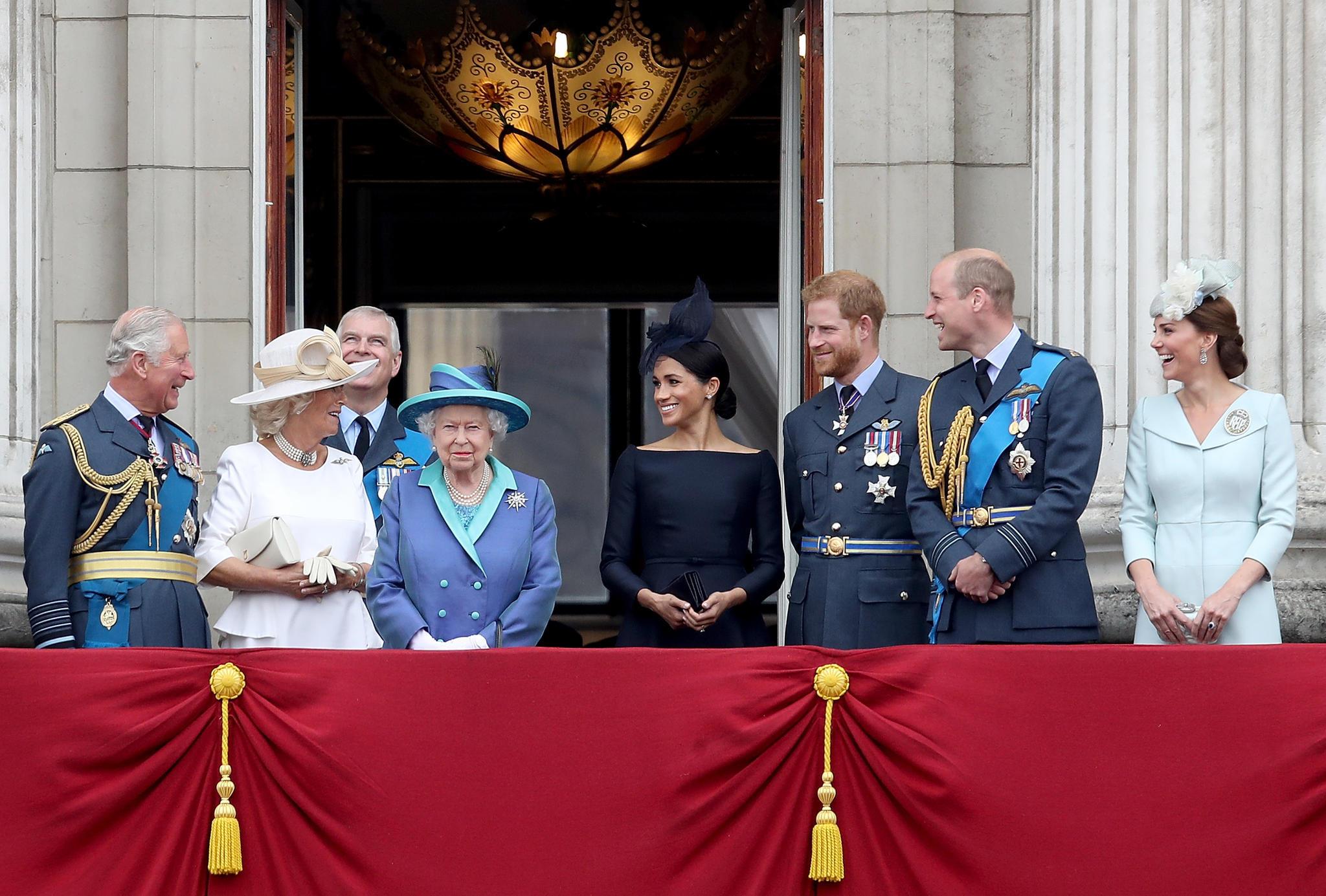 Prinz Charles, Herzogin Camilla, Prinz Andrew, Queen Elizabeth, Herzogin Meghan, Prinz Harry, Prinz William und Herzogin Catherine