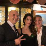 """Während ihresromantischen Urlaubs in Italien zieht es Amal und George Clooney ins """"Ristorante da Ivo"""", ein exklusives Restaurant in Venedig. Dort posieren sie mit dem stolzen Koch für ein Fotos - von Star-Allüren keine Spur."""