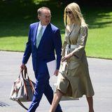 Farblich abgestimmt auf den hellen Gürtel kombiniert Ivanka Trump helle Pumps und eine große, weiße Handtasche z ihrem Travel-Look.