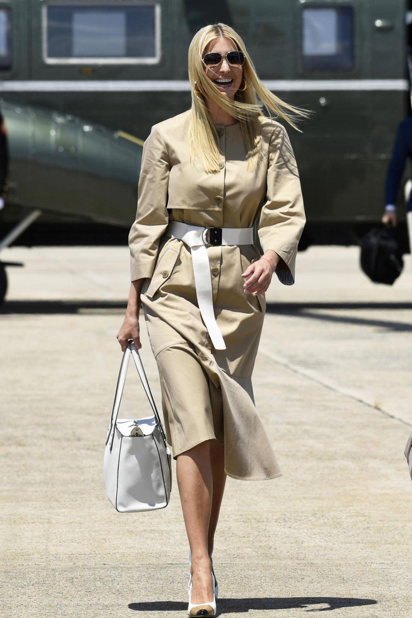 Der perfekte Travel-Look? First Daughter Ivanka Trump zeigt sich kurz vor ihrer Abreise nach Japan in einem stylischen Mantelkleid von Tibi für umgerechnet knapp 660 Euro. Das auf den ersten Blick eher schlichte Modell überzeugt mit raffinierten Details und einem weißen, sportiven Taillengürtel.