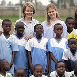 Anschließend posieren Mathilde und Elisabeth mit dem Team für ein Gruppenfoto.
