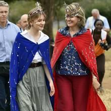 Die belgische Prinzessin und ihre Mutter werden mit einer traditionellen Tracht geschmückt.