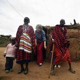 Mitglieder eines Massai-Stammes im Kajiado County laden die belgische Königin in ihre Lehmhütte ein.