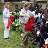 """In Korogocho besuchen Mathilde und Elisabeth die """"Acakoro Football Academy"""" und verteilen Fußballtrikots."""