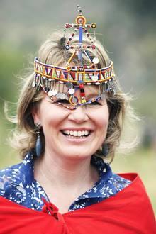 Königin Mathilde freut sich über ihren Kopfschmuck.
