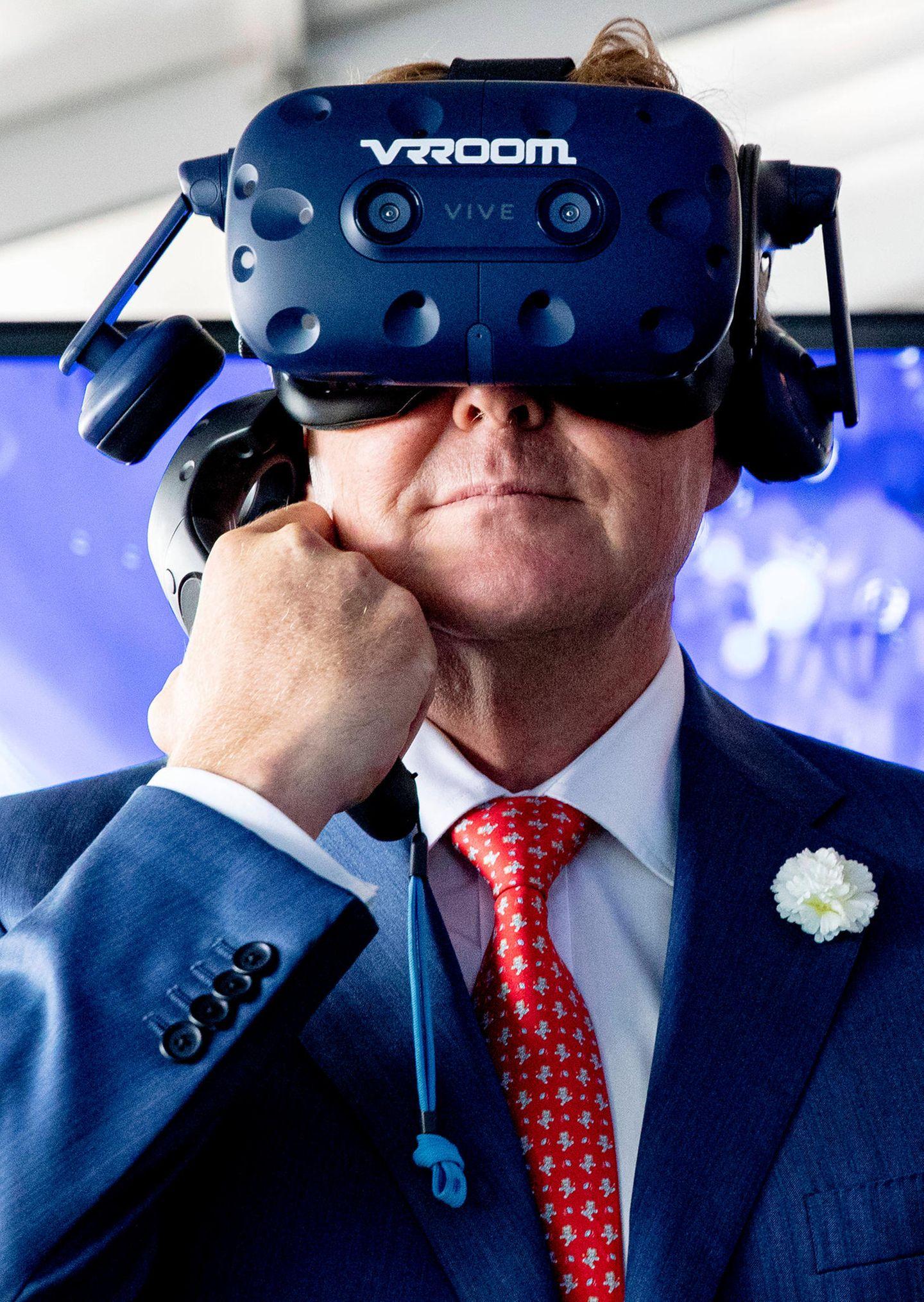 26. Juni 2019  Anschließend probiert König Willem-Alexander eine Virtual-Reality-Brille auf.