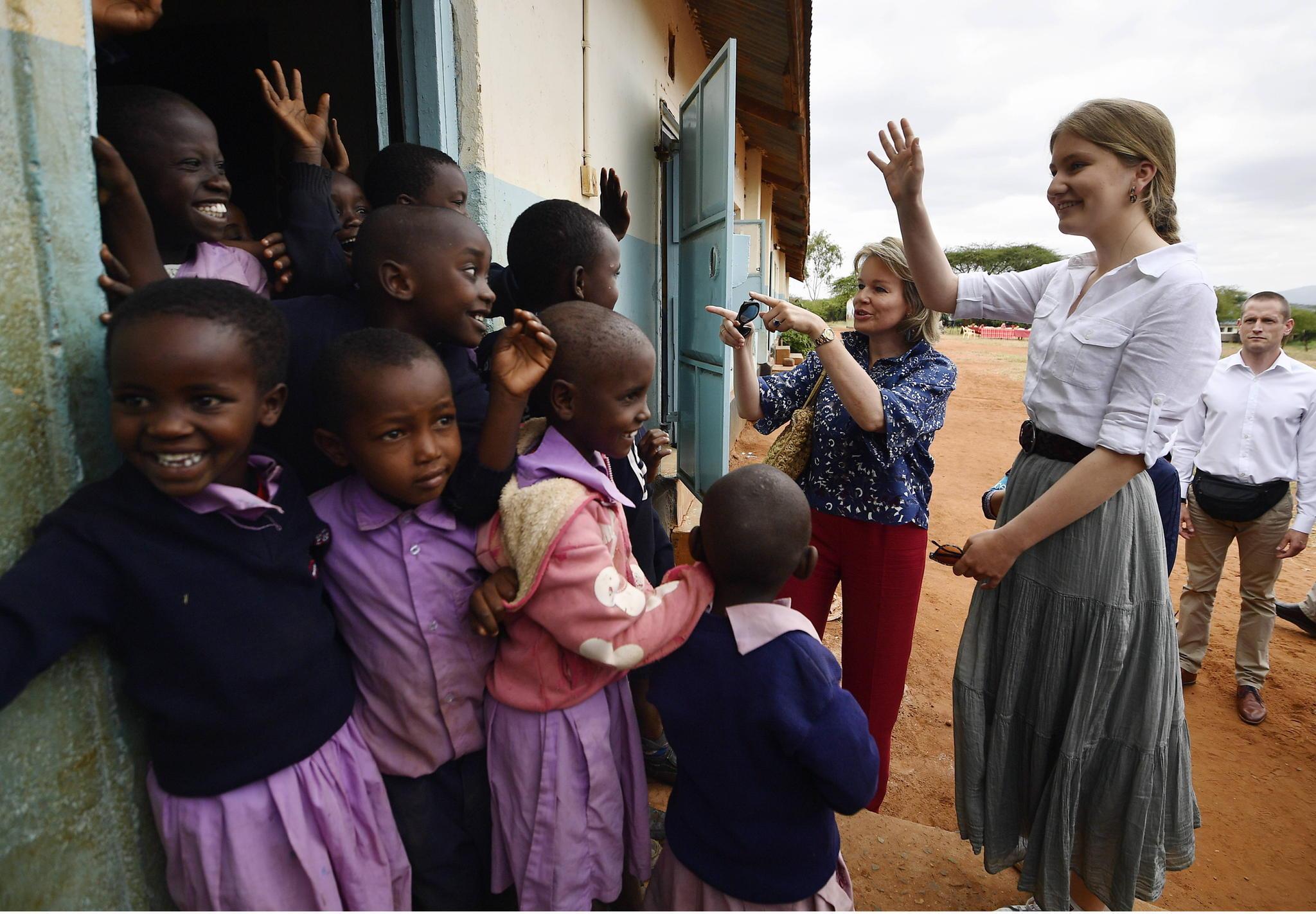 In Kenia besucht Prinzessin Elisabeth mit ihrer Mutter Königin Mathilde Schüler der Grundschule Il-Bisil.