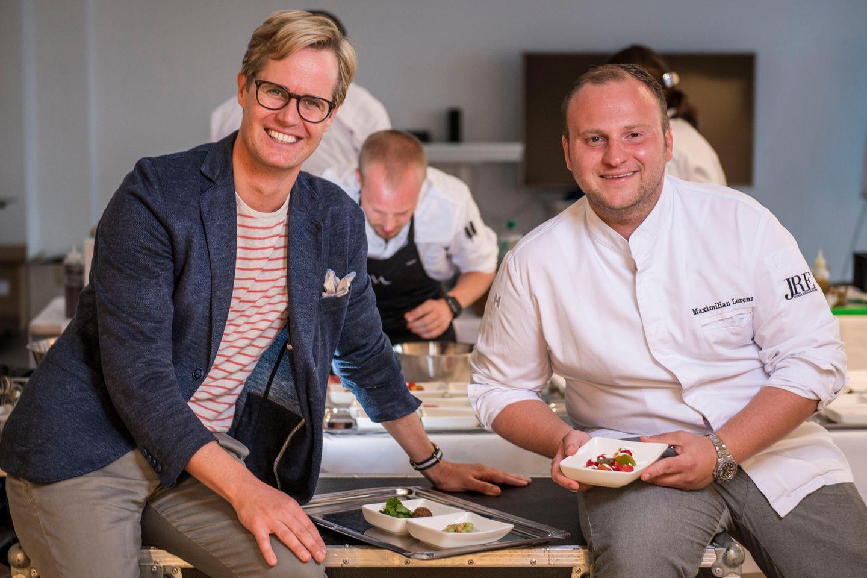 """Die Vorbereitungen für den Abend laufen auf Hochtouren. GALA-Food-Redakteur Christian May und Starkoch Maximilian Lorenz kümmern sich darum, ihren Gästen ein besonderes Catering bieten zu können. Später werden sie noch den Talk """"Kulinarik, die begeistern soll"""" halten."""