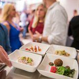 Fingerfood der ersten Klasse: Die Gäste können sich über verschiedene Kreationen freuen, die auf Tabletts serviert werden.