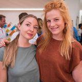 """""""Unter Uns""""-Darstellerin Nora Koppen (rechts) wird von einer Freundin begleitet und lächelt glücklich in die Kamera."""