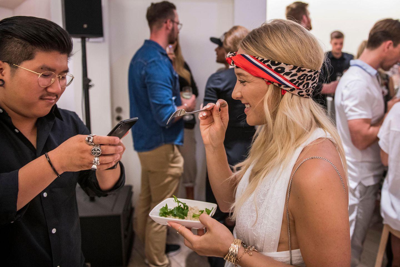 Click, click, eat! Bevor gegessen wird, muss das außergewöhnliche Catering natürlich in Food-Fotos festgehalten werden.