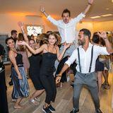 Je später der Abend, umso ausgelassener die Party. Zum Live-Set des DJs eröffnen ein paar Gäste die Tanzfläche.