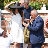 Ganz in Weiß und mit Hut - so genießt Amal Clooney ihren Kurzurlaub in Venedig. Vor drei Jahren hat sie hier ihren George geheiratet - ebenfalls in einem komplett weißen Look und mit einer ähnlichen Kopfbedeckung. Da kommen Erinnerungen auf.