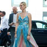 Einen Monat später schlüpft Chiara Ferragni in genau das gleiche Kleid. Hat Claudia Schiffer dazu noch einen Gürtel getragen, entscheidet sich die Bloggerin dafür, lediglich Armbänder und Kettchen als Accessoire zu tragen.