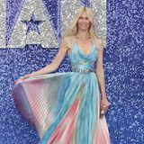 """Im Mai 2019 legt Claudia Schiffer bei der Premiere von """"Rocketman"""" einen ihrer seltenen Red-Carpet-Auftritte hin. Zu diesem besonderen Anlasswählt sie ein Kleid von Zuhair Murad, das schöner kaum sein kann. Der feine, seidige Plissee schimmert in einem pastelligenBatikmuster, das sich zauberhaft entfaltet, sobald das Supermodel den Rock in Szene setzt."""