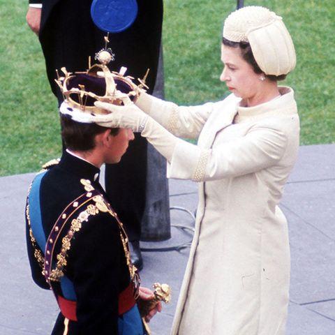 Queen Elizabeth setzt ihrem Sohn Prinz Charles die Krone auf.