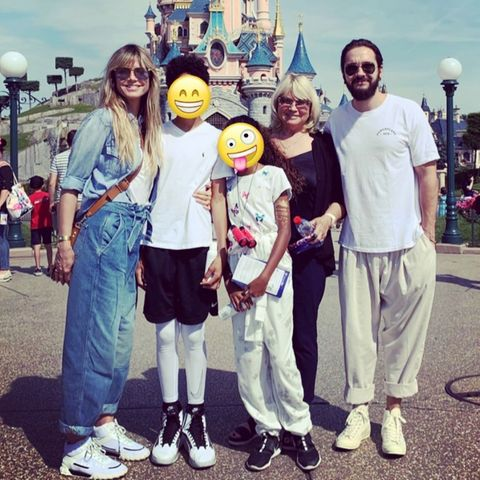 Heidi Klum mit ihren Kindern Henry und Lou, ihrer Mutter Erna und Tom Kaulitz in Disneyland