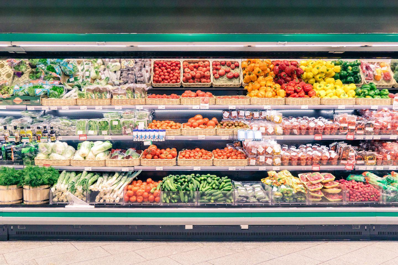 Supermarktregal mit Obst und Gemüse
