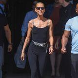 Céline Dion spaziert in einem figurbetonten Look aus ihrem Hotel in Paris. Wir kennen keine andere 51-Jährige, die so einen hautengen Einteiler in frecher Dreiviertel-Länge tragen kann.