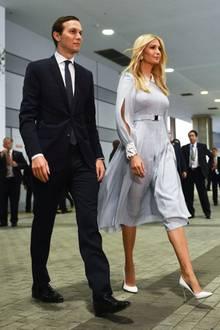 Am Tag zuvor setzt Ivanka auf hellblau statt rosa. Sie trägt ein knielanges A-Linien-Kleid in Kombination mit weißen Accessoires. Ein heller Gürtel betont die schmale Taille der First Daughter. Doch noch weitere Details überraschen bei diesem Look.