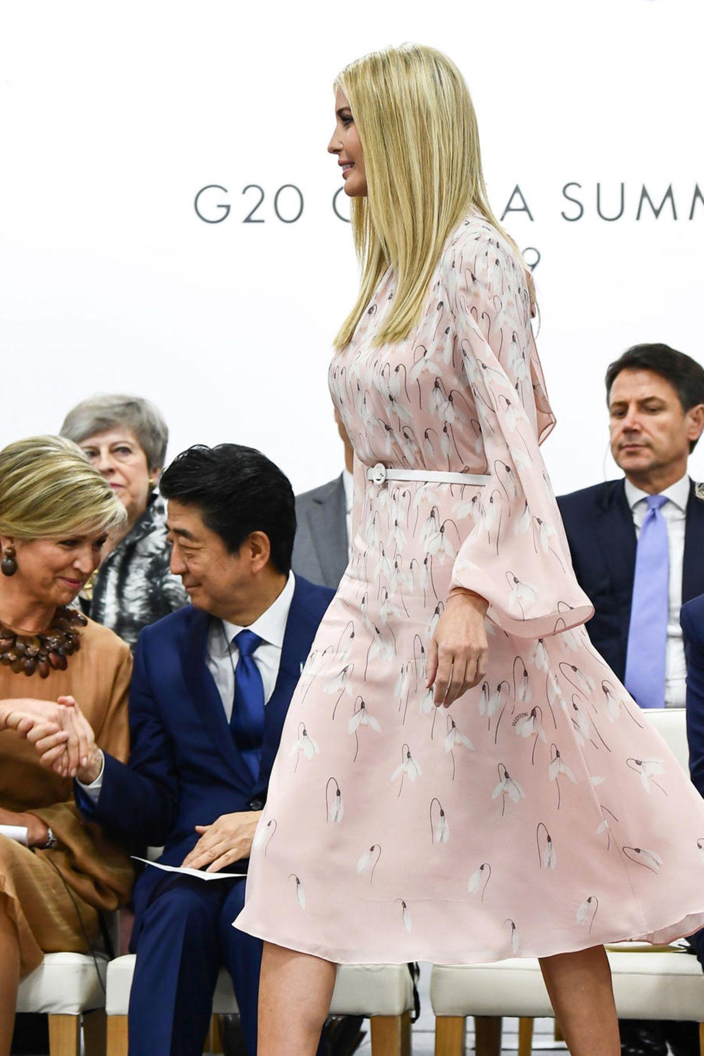 Dieses hübsche Kleid in Rosatönen, versehen mit zarten Blüten, lässt Ivanka Trump beinahe ein wenig unschuldig wirken.