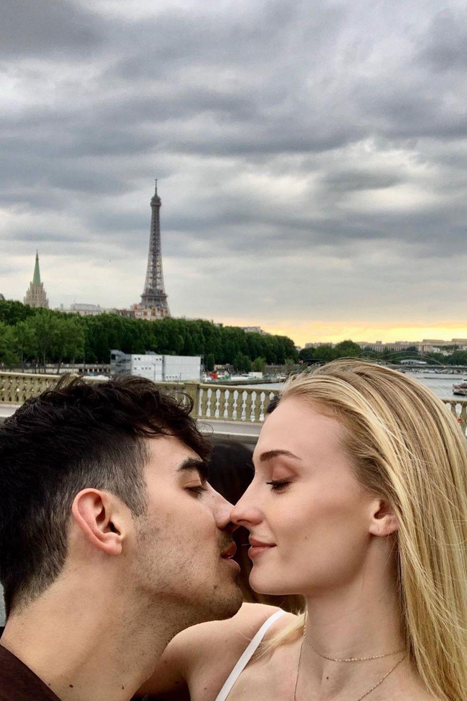 In der Stadt der Liebe kommtdas verliebte Ehepaar Joe Jonas und Sophie Turner nicht am romantischen Kuss vorbei.