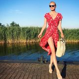 Model Franziska Knuppe urlaubt aktuell mit ihrer Familie auf Rügen. Dieses hübsche Foto auf Instagram zeigt die Blondine in einem sommerlichen, roten Wickelkleid. Das Modell stammt von H&M und ist mit 25 Euro ein echtes Schnäppchen.