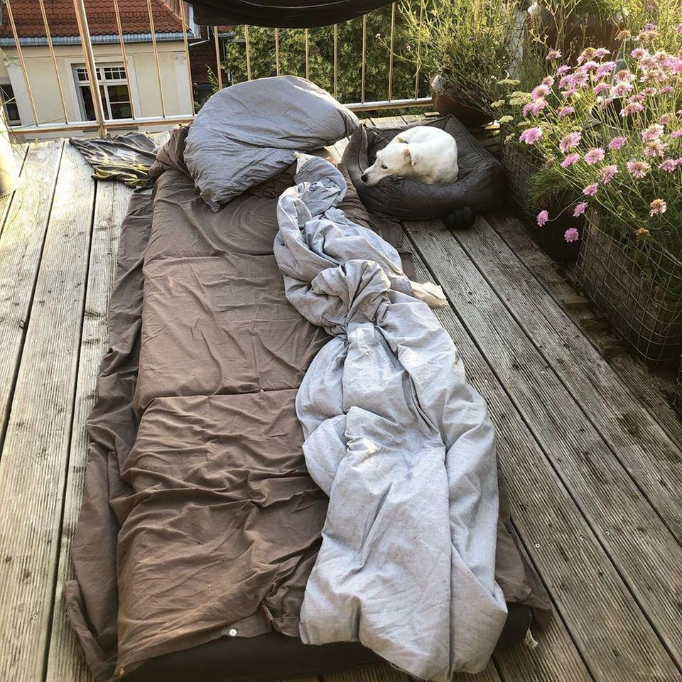 """""""Auf dem Balkon geschlafen. Ging nicht mehr. Wer noch?"""", postet Schauspieler Florian David Fitz."""
