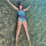 """""""In den nächsten Tagen schlägt die Sommer-Hitze überall ultimativ zu"""", postet Monica Meyer-Ivancan. Das Foto des Models zeigt eine einfach Methode zum Abkühlen."""