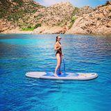 Alessandra Meyer-Wölden nutzt die Sommerhitze für Sport im Wasser. Gekonnt zeigt das Model sich beimStand Up Paddling.