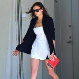"""Ziemlich sexy: Model Irina Shayk zeigt sich auf den Straßen New Yorks in einem super knappen Minikleid und Blazer. Hingucker ihres Looks ist jedoch ihre Clutch, die an die Form eines Buches erinnert. Auf der Handtasche steht:""""Dostoevsky - The Idiot"""". Eine interessante Accessoirewahl - schließlich soll sich Irina kürzlich von Bradley Cooper getrennt haben."""