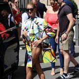 Céline Dion ist für ihre extravaganten Streetstyle-Looks ja bereits bekannt. Dieser Look toppt jedoch beinahe jedes Outfit, das wir bisher an ihr gesehen haben. In einer Kombinationaus Badeanzug und Blazer im Graffiti-Muster des Labels Off White zieht sie alle Blicke auf sich.