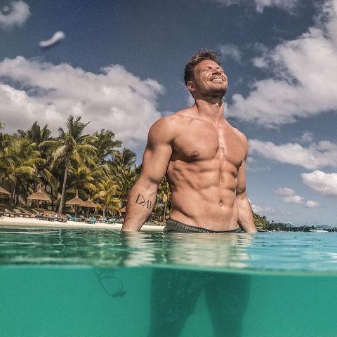 """""""Unfassbare Hitzeeeee!!!!Wie kühlt ihr euch ab?"""", postet Ex-Bachelor Sebastian Pannek zu seinem heißen Schnappschuss."""