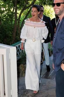 Auch an ihrem ersten Tag im Disneyland setzt Katie Holmes auf einen weißen Look. Zu einer weiten Hose kombiniert sie ein schulterfreies Oberteil.