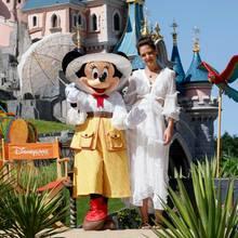 Schauspielerin Katie Holmes ist zu Besuch im Disneyland Paris und kommt aus dem Strahlen gar nicht mehr heraus. In einem wunderschönen, weißen Midikleid posiert sie für Fotos und gewährt dabei sexy Einblicke ...
