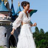 Das Kleid des Labels Zimmermann weist viel Transparenz und Cut-Outs an der Taille auf.