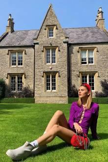 Model Stefanie Giesinger feiert aktuell auf dem Glastonbury Festival. Coole Outfits sind hier ein absolutes Muss! Steffi trägt ein lilafarbenes Lederkleid in Kombination mit kurzen Gummistiefeln und roten Accessoires. Doch Moment mal - dieses Kleid kennen wir doch?!