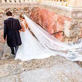 Auf diesem Foto kommt der wunderschöne und lange Schleier der Braut ganz besonders gut zur Geltung. Eine Traumhochzeit mit einem Traumkleid - Joachim von Preußen dürfte mit seinerAngelina Gräfin zu Solms-Laubach den wohl schönsten Tag in seinem Leben erlebt haben.